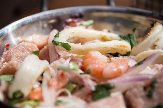 Santiago Metropolitan Region, شيلي: Ceviche del chef: Camarones, ostiones, pulpo, calamares, salmón y atún con cebolla morada, ají v
