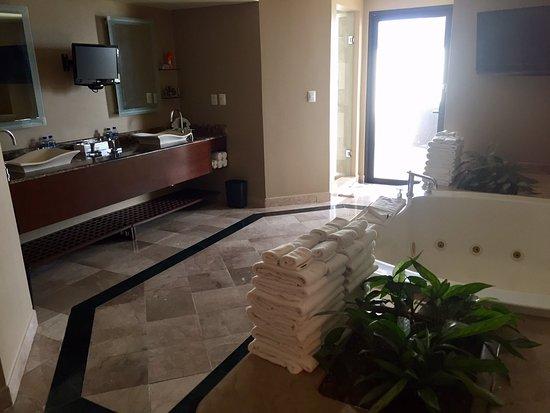Marriott Puerto Vallarta Resort & Spa: Imperial Suite / Presidential Suite (Room 8040) - Bathroom