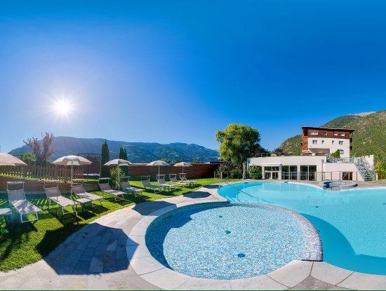Vitalpina Hotel Waldhof: Außenansicht / Poolbereich / Liegewiese