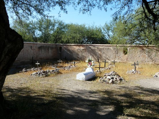 Tumacacori, AZ: Small graveyard behind the church