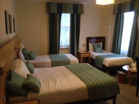 Royal Hotel Scarborough: Big room and bathroom for ten pounds extra off season