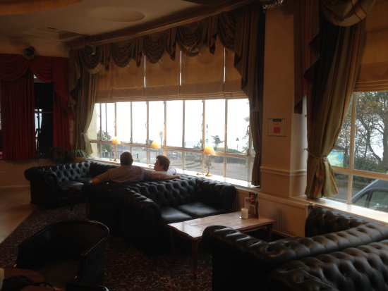 Royal Hotel Scarborough: Lounge with sea and harbour views