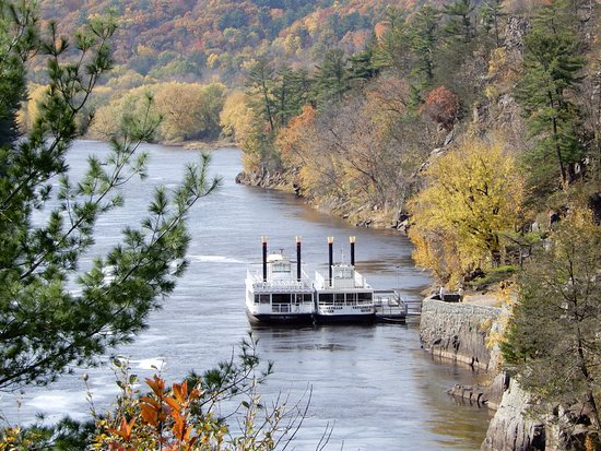 Saint Croix Falls, WI: Boats can be reached from the Minnesota side.
