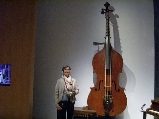 Musée de la musique : ...Ma Douce écoute le son insolite de l' octobasse (hauteur: 3,60m!!!)