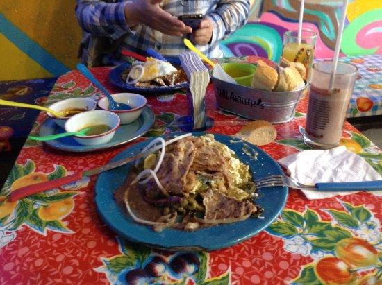 Noord-Mexico, Mexico: Primer desayuno en México - Chilaquiles en Chilakillers