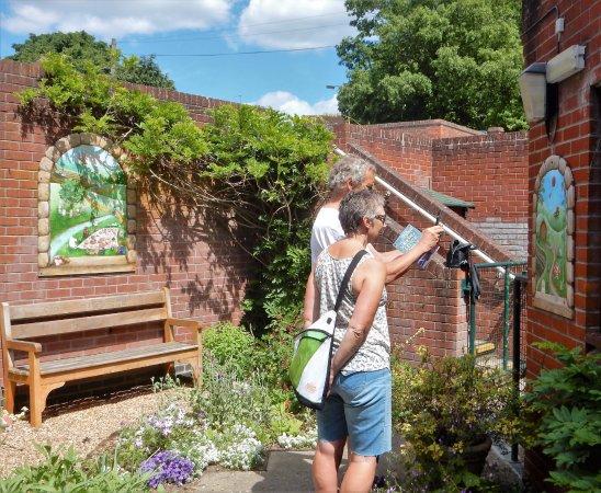 Halesworth, UK: Enjoying the murals in the garden.