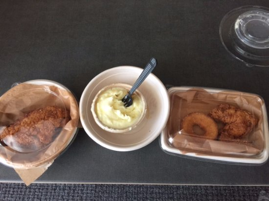 Оксон-Хилл, Мэриленд: Chicken Breast (large needed its own container), mashed potatoes (yum) wing and donut