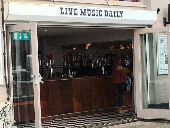 Brighton Beach: Outdoor live music.