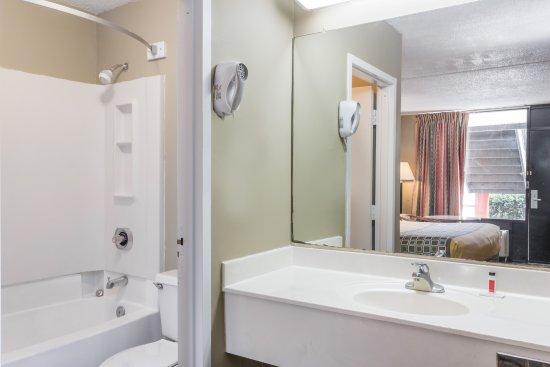 Travelodge by Wyndham Savannah Area/Richmond Hill: Clean Bathrooms