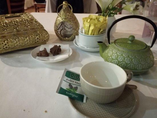 Augusta Spa Resort: Infusión final con dos bombones elaborados en sus cocinas