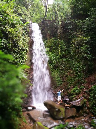 Grecia, Kosta Rika: Hermosa y fría catarata!