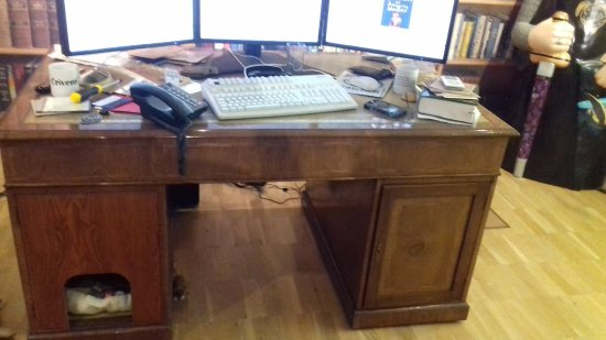Salisbury, UK: Desk with cutout hole for the cat