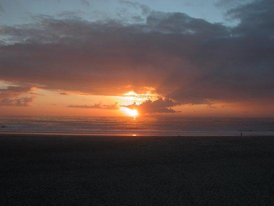 Sandcastle Beachfront Motel: Sunset over the ocean