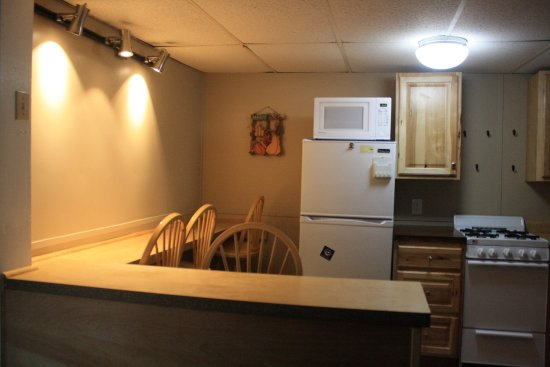 Twin Mountain, NH : dining and kitchen area in the Mount Lafayette 2 bedroom Cottage