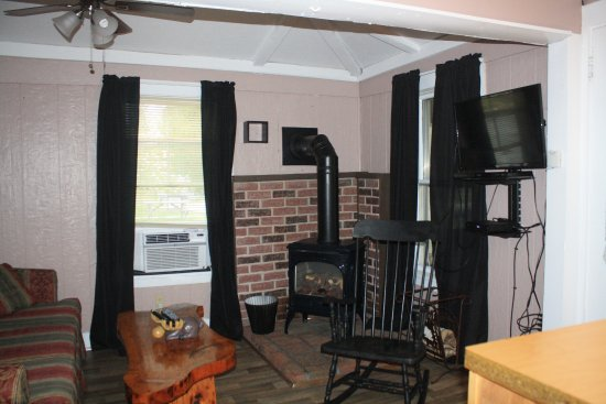 Twin Mountain, NH : living room in the Mount Lafayette 2 bedroom cottage