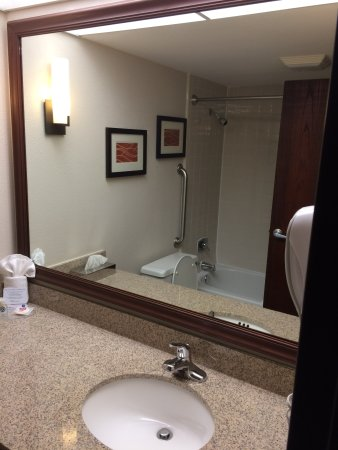 Comfort Inn Airport: Big mirror, Granite vanity top, clean!