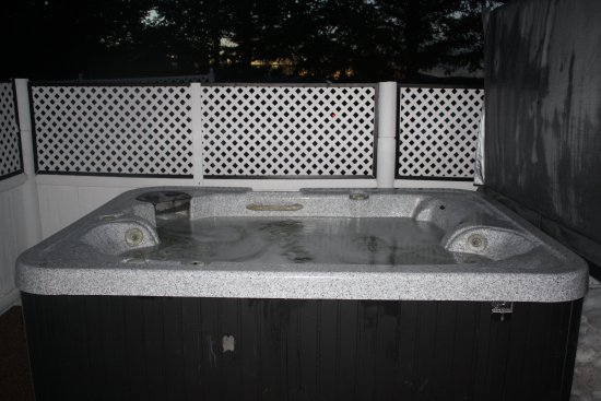 Twin Mountain, NH: romantic private hot tub at the Mount Garfield cottage
