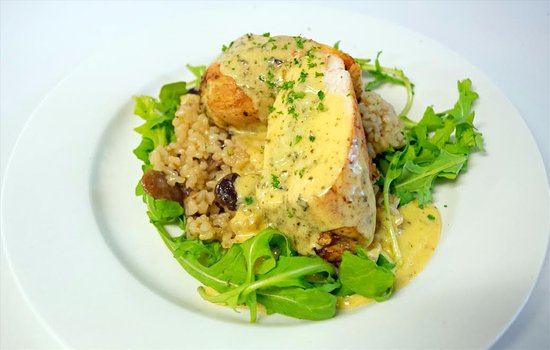 Glen Innes, Australien: Roast herbed        stuffed chicken breast served with mushroom risotto & white wine parsley sau