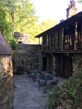 Millbrook, Nowy Jork: The Courtyard and Annex balcony