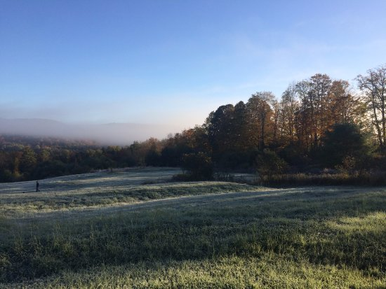 Hartland, Βερμόντ: The view of the frosty fall morning from our front porch