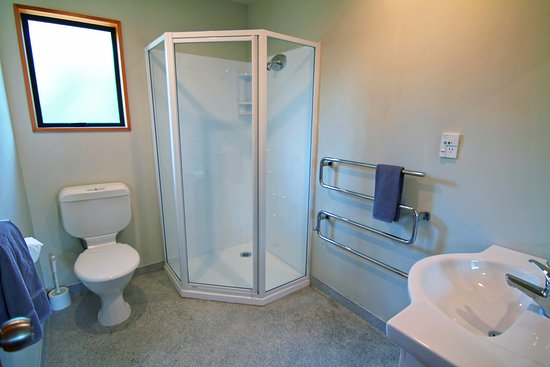 Alpine Garden Motel: Family Room Bathroom