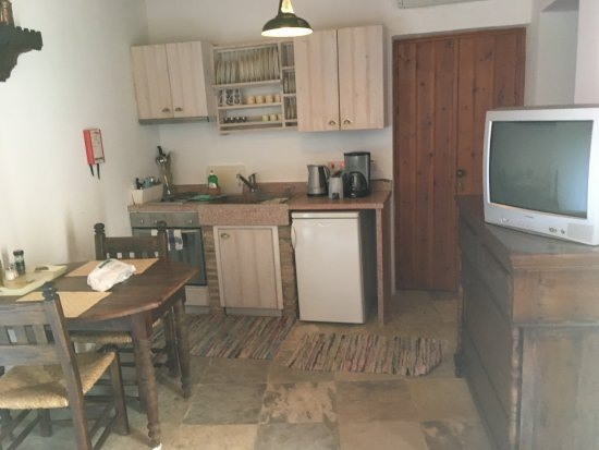 Tochni, Cyprus: Nice kitchen but TV is non functional.