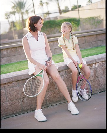 ‪‪Rancho Mirage‬, كاليفورنيا: Mother and Daughter with Tennis Racquets. ‬