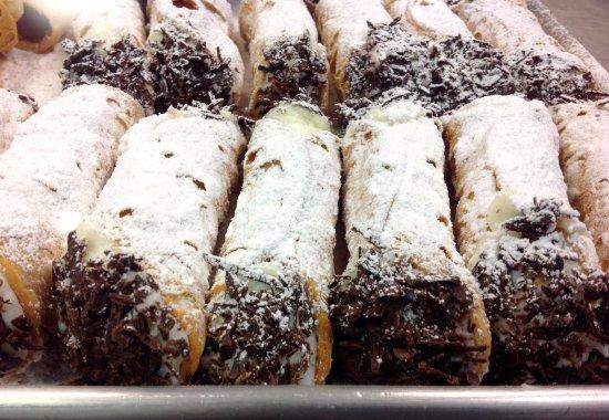 J Noto Bakery: Italian Custard Cannoli