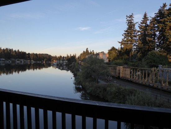 Lake Oswego, Oregón: Lakeshore Inn - note train to right - view from balcony
