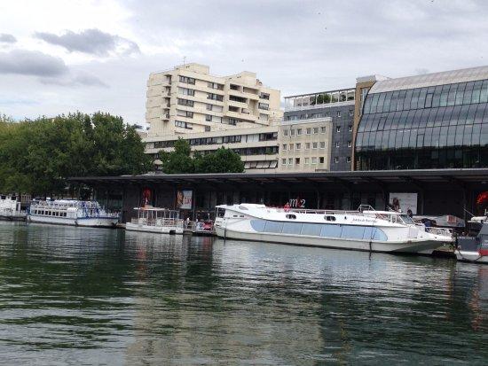 Canal Saint-Martin : tour boat moors