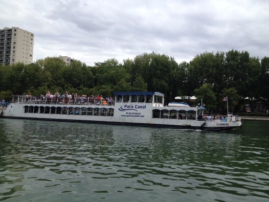 Canal Saint-Martin : Tour boat about to head off down the canal