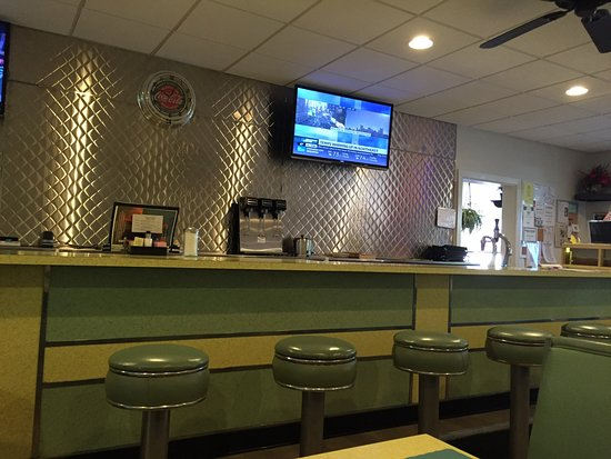 New Market, VA: Ambiance is like stepping back into 1955. Sit at a table or at the counter.