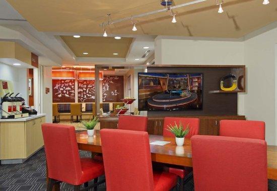 Harvey, LA: Lobby - Communal Table