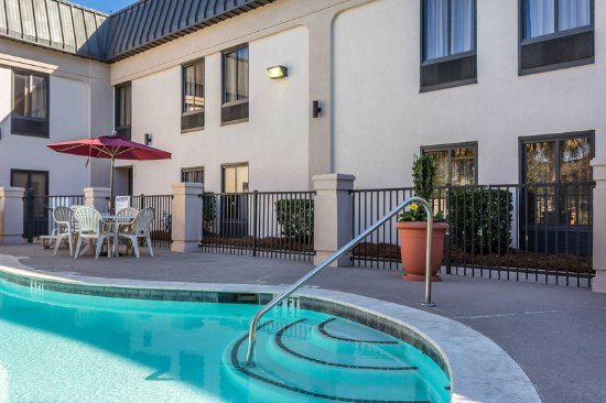Summerville, SC: Relax by the pool