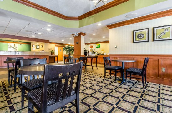 Lumberton, Carolina del Norte: Enjoy breakfast in this seating area