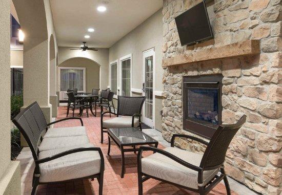 Seguin, TX: Outdoor Patio & Fireplace