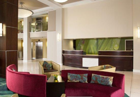 Dania Beach, FL: Lobby Seating Area & Front Desk