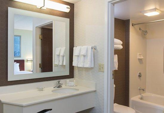 Peoria, إلينوي: Suite Bathroom