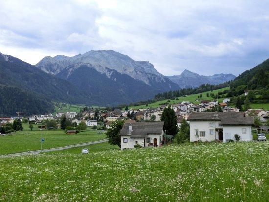 Mustair, Suíça: 修道院前のお花畑