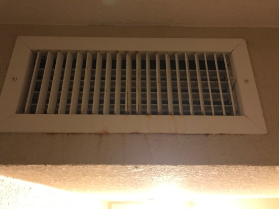 Radisson Suite Hotel Oceanfront: Rusty, mildewy, dripping, dusty vents.