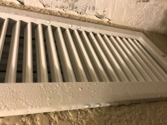 Radisson Suite Hotel Oceanfront: Notice how much moisture is coming out of the vents.