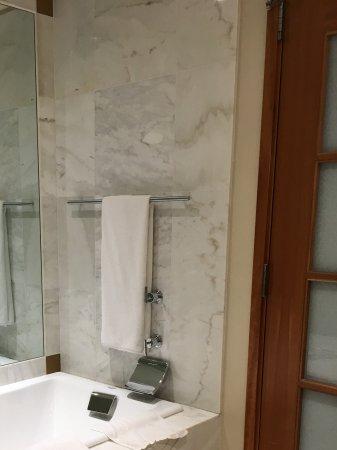 Ba o de marmol con ba era picture of grand hyatt - Banos de marmol ...