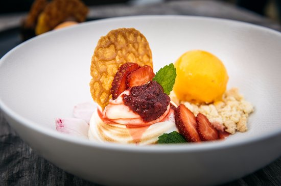 Waiheke Island, New Zealand: LEMON MERINGUE PAVLOVA–mascarpone & lemon curd cream / brandy snap disc / berries / mango sorbet