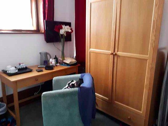Harefield Manor Hotel: Room 215: massive wardrobe, 4 coathangers!