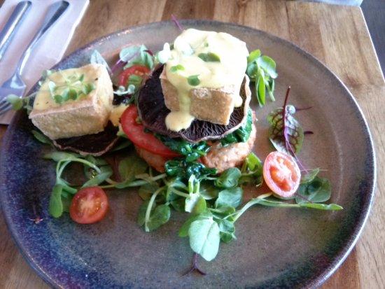 Kew, Austrália: Hash Benedict with Vegan Tofu