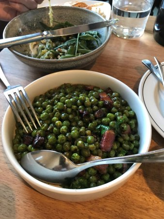 Richmond, Avustralya: Peas with bacon (eggplant in background)
