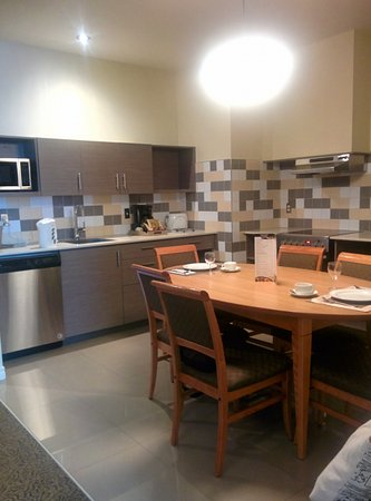 Le Square Phillips Hotel & Suites: Family suite kitchenette