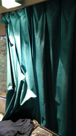 Meudon-la-Foret, Francia: Plastikduschvorhang als Gardine !!