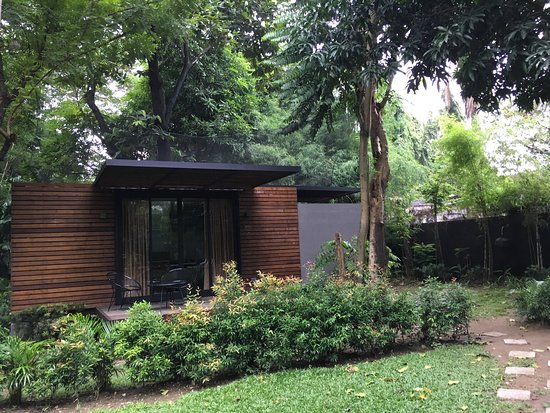 The Henry Hotel Manila: Shipping Container Transformed Into A Garden Suite  With Recycled Wood Panels