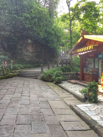 Dujiangyan, Κίνα: The trail going up the mountains across the bridge